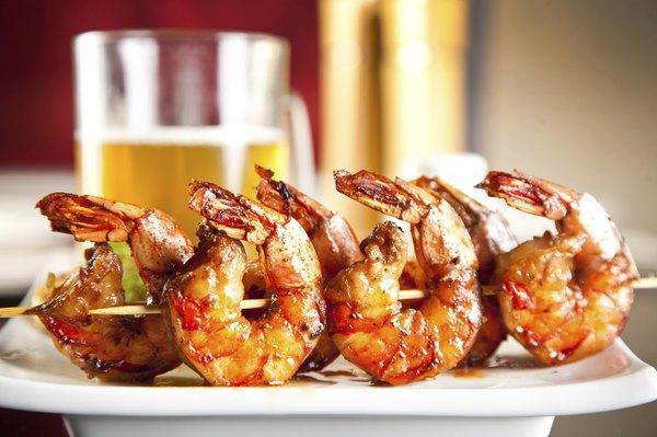 Vamos colocar camarão, filé de peixe e vieiras na grelha