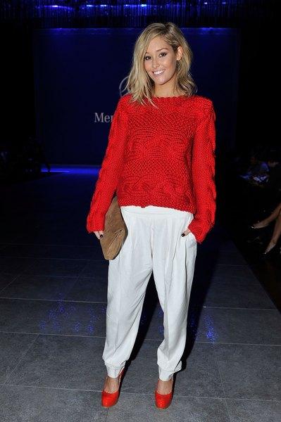 Erin McNaught veste suéter com sapatos vermelhos e brilhantes no Festival de Moda Mercedes Benz