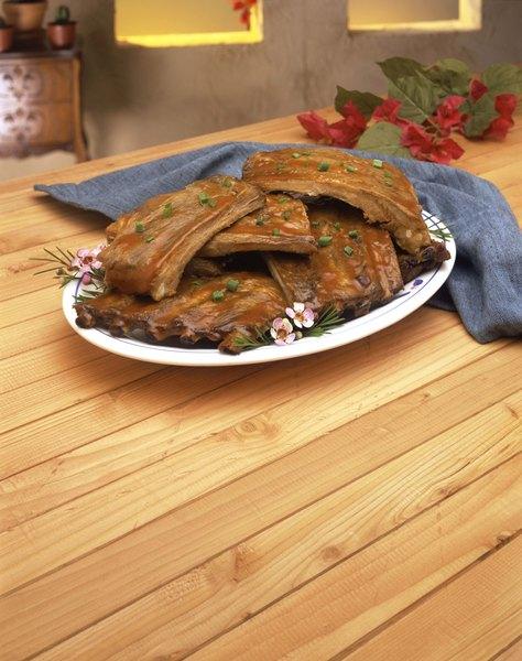 Prueba la salsa barbacoa sobre las costillas de cerdo.