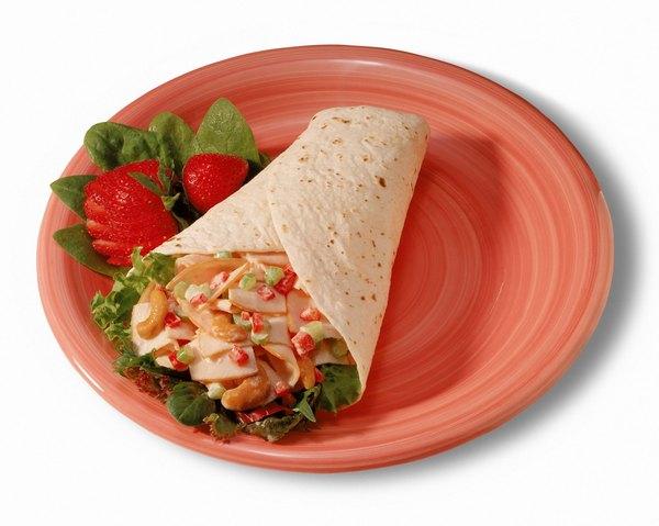 Burrito con ensalada de pepinillos.