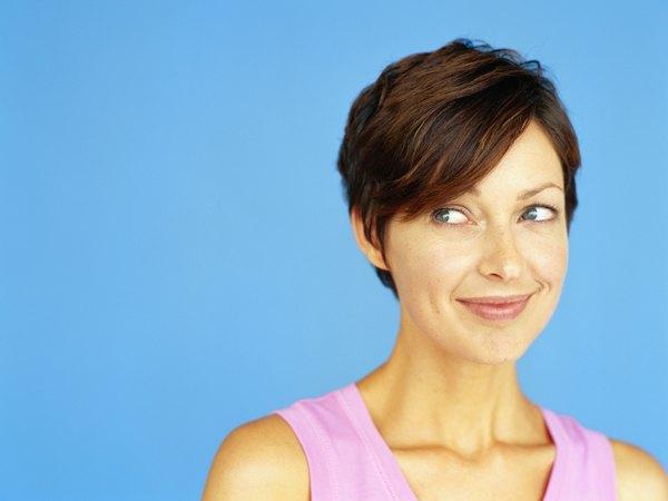 Cortes de cabelo curtos funcionam em alguns rostos, mas um pequeno comprimento irá ajudá-la a parecer um pouco mais nova