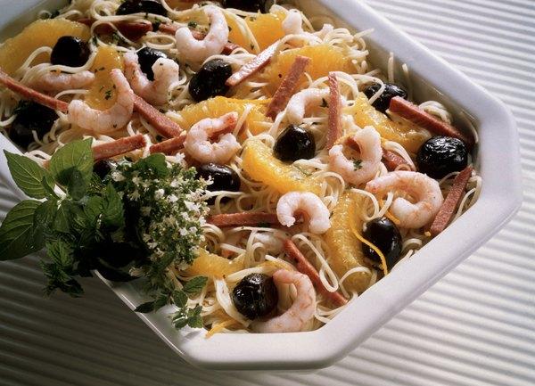 Combina hojas verdes con proteínas, frutas y otros ingredientes deliciosos.