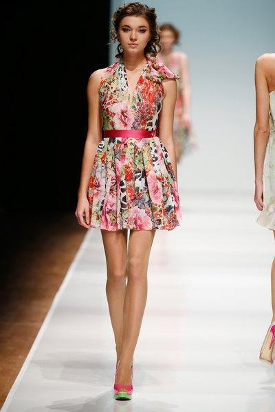 O velho e bom vestido florido não pode faltar no seu acervo de moda