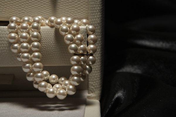 A atriz Zoe Saldana se mantém elegante usando um colar e brincos de diamante