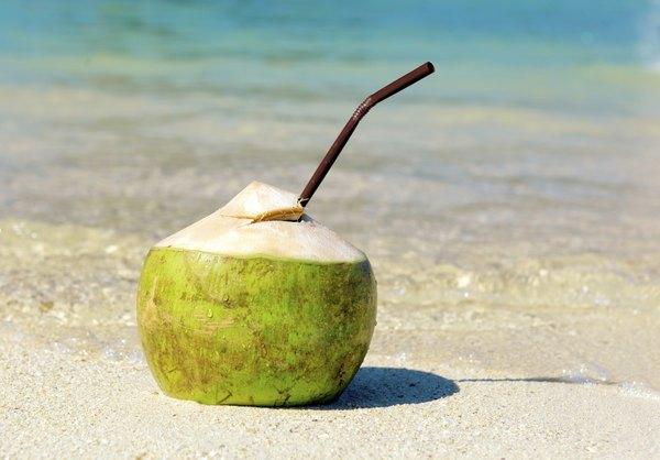 El agua fresca de coco se sirve mejor en la playa.