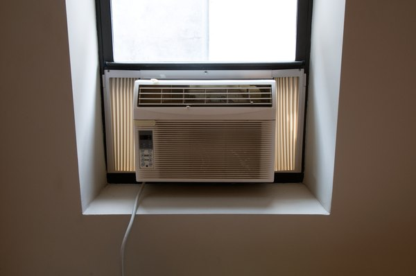 Air conditioning unit powered by electric energy