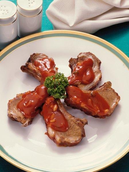 Una salsa de tomate clásica con algunos cambios será una buena manera de mejorar un trozo de cerdo.
