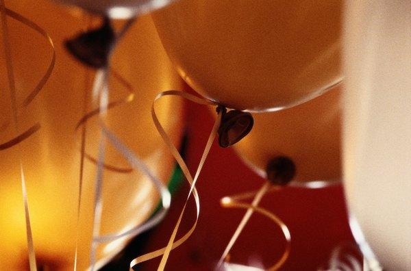 Balões coloridos no salão ou na saída da Igreja dão um efeito lúdico à festa