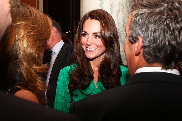Mantenha o seu visual de trabalho clássico e polido como Kate Middleton.