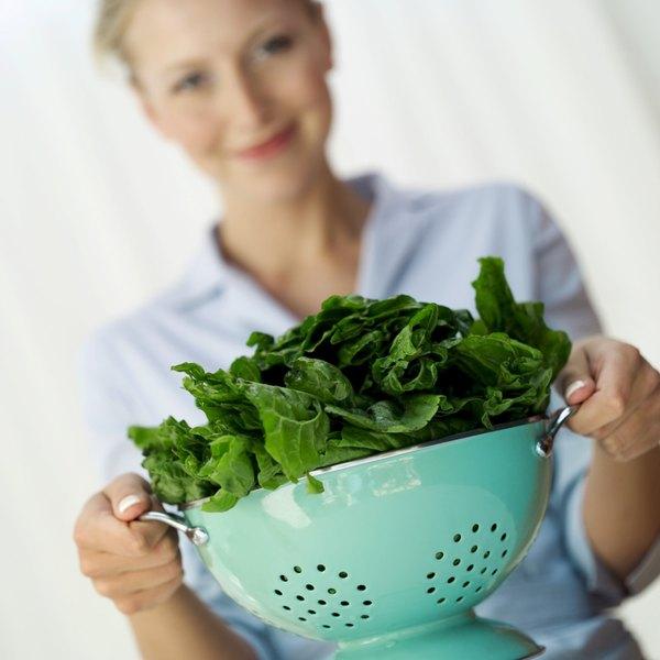 O espinafre fornece ao corpo ácido fólico, estimulando a liberação de serotonina