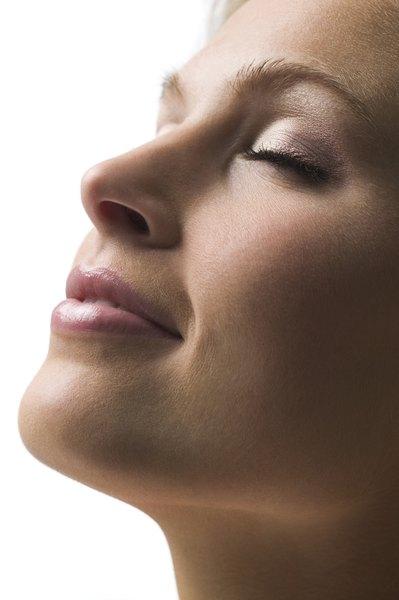 Se você quiser cuidar dos seus lábios, mas não dispensa a corzinha de um batom, opte pelos produtos hidratantes