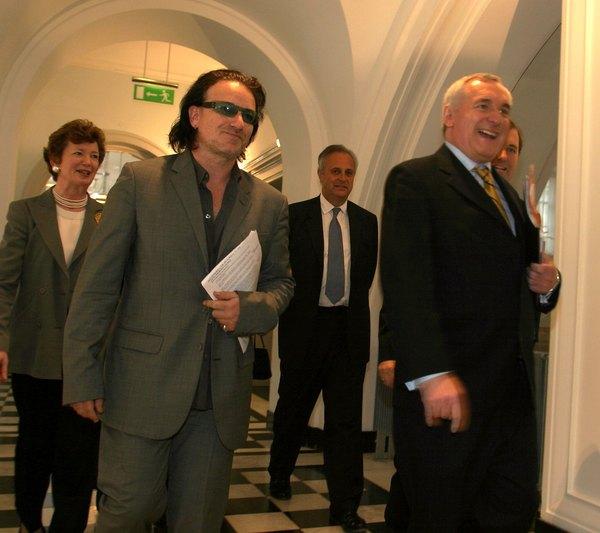El artista Bono es un activista que defiende a los derechos humanos.