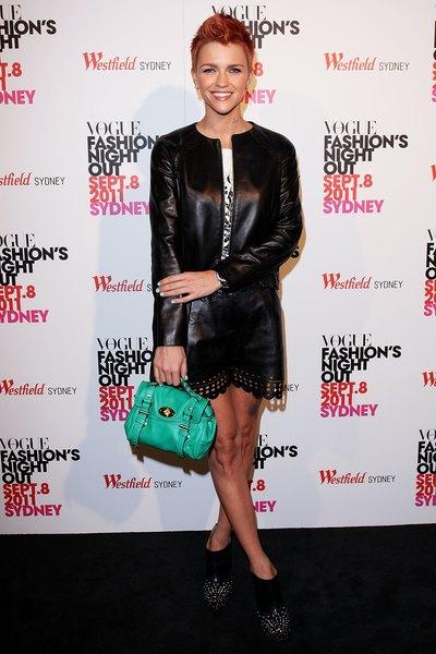 A modelo Ruby Rose usando um vestido de couro.