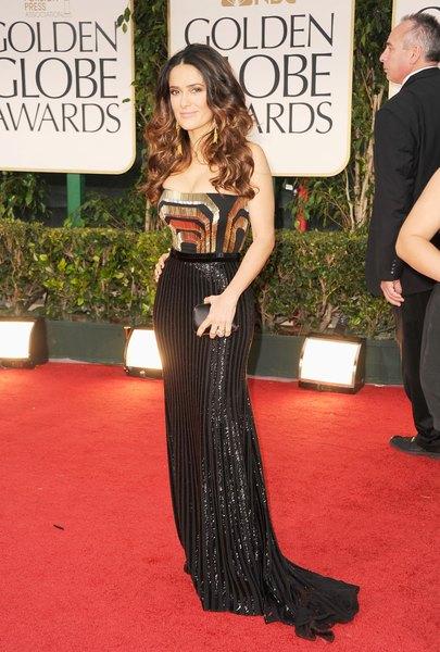 Salma Hayek, em vestido de saia lisa e corpo estampado, no Golden Globes de 2012