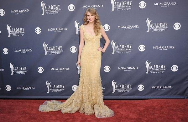 Muitas estrelas tem uma pose como marca registrada. A cantora Taylor Swift, mostrada aqui no Academy Awards of Country Music em 2011, adora a mão na cintura