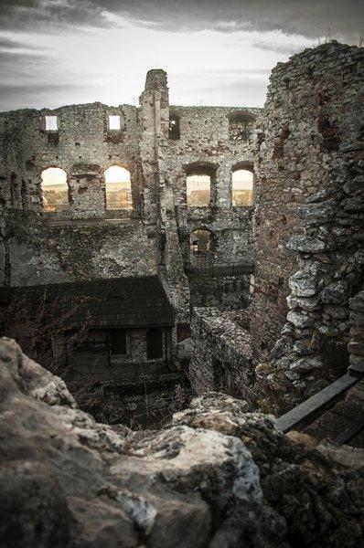 Extrañas apariciones han tenido lugar entre las ruinas.