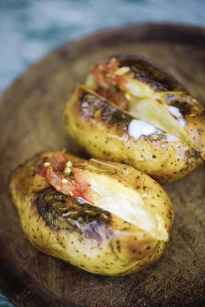 La comida típica ecuatoriana es carne de cerdo acompañada de una papa rellena con ají picante.