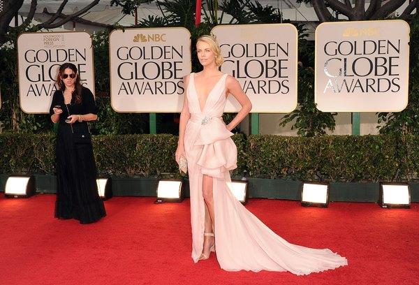 """Charlize Theron exibindo decote 'V"""" profundo e ousado no Golden Globes de 2012"""