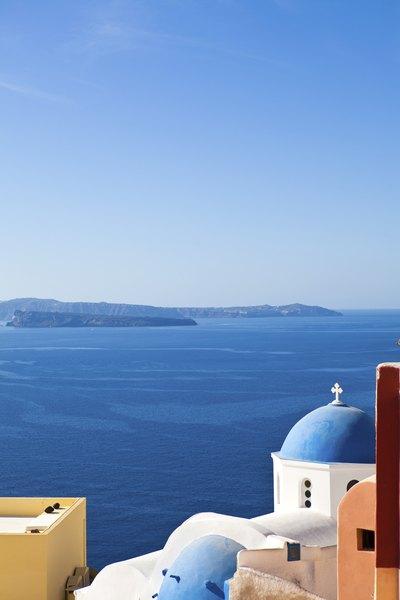 Los pueblos blancos contrastan con el azul de las aguas en Santorini.