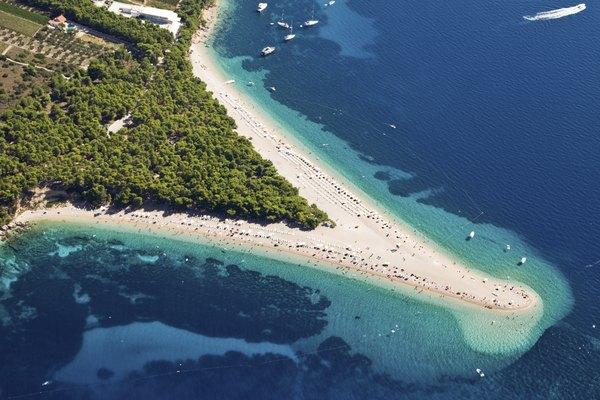 Aguas turquesas y pinos  son los iconos de las costas croatas.