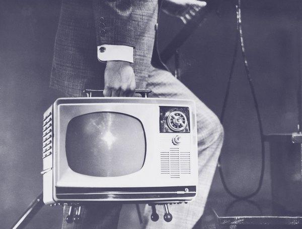 En octubre de 1951 comienzan las transmisiones de la primera estación de TV argentina: canal 7.