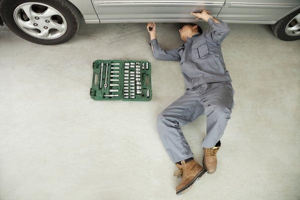 Espera a que el mecánico termine de salir.