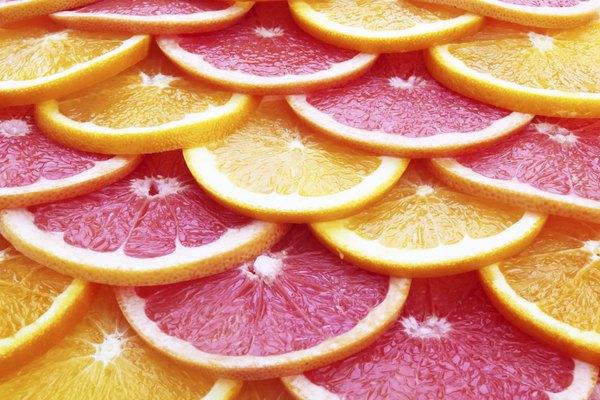 Para conseguir um brilho suave no rosto, aplique suco de laranja sobre a pele