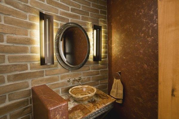 Baño con pared de ladrillos.