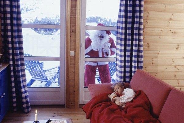 As crianças pensam que Papai Noel as observa enquanto dormem