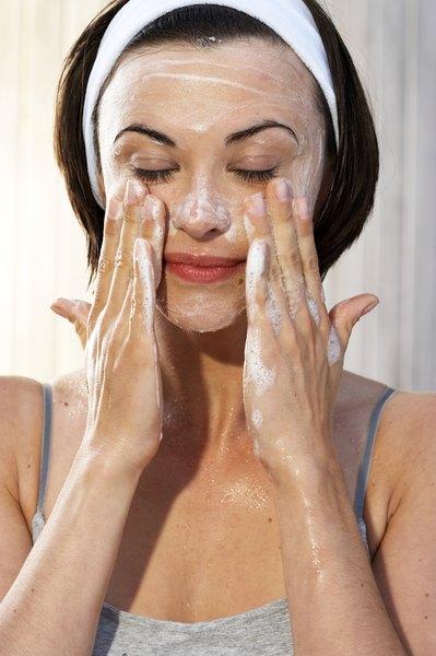 Saber com o que você está limpando sua pele é uma grande parte da batalha