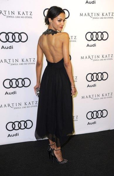 Zoe Saldana luce apasionada en este vestido de seda negra de Jazon Wu.