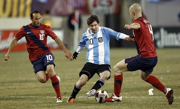 Um dos amigos de Messi e mentores dele no Barcelona foi o brasileiro Ronaldinho Gaúcho