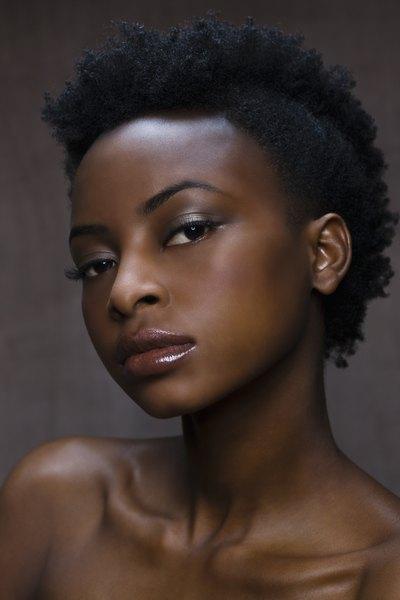Quanto mais escuro o tom da pele, mais escura deve ser a maquiagem