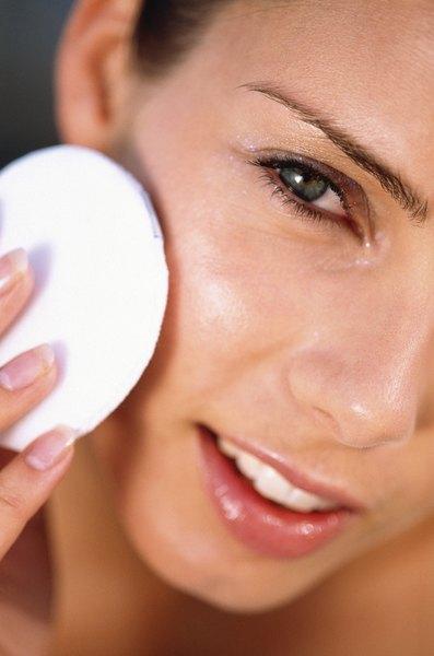 Usar um tônico na pele todos os dias previne ressecamento ou excesso de óleo