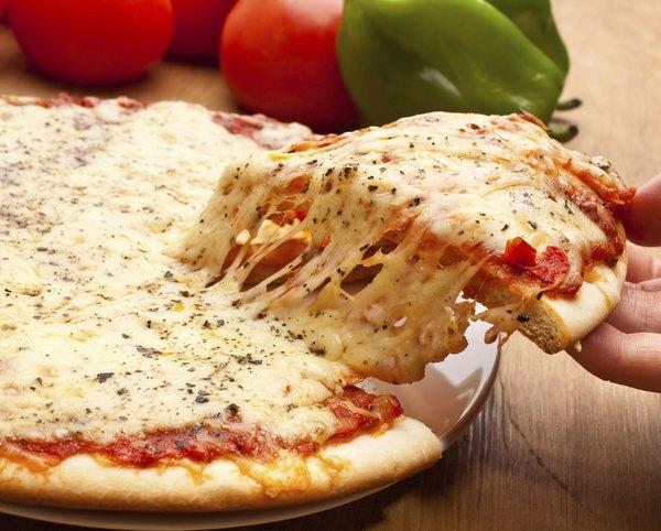 O queijo muçarela (ou mozarela) é originário do sul da Itália