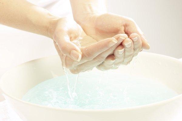 Deixe suas mãos de molho para facilitar a manicure. Gel de banho ajuda