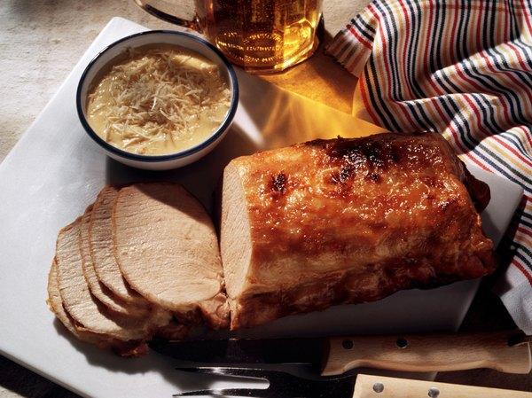 Una salsa de queso básica con cebollas caramelizadas es ideal para un cerdo asado.