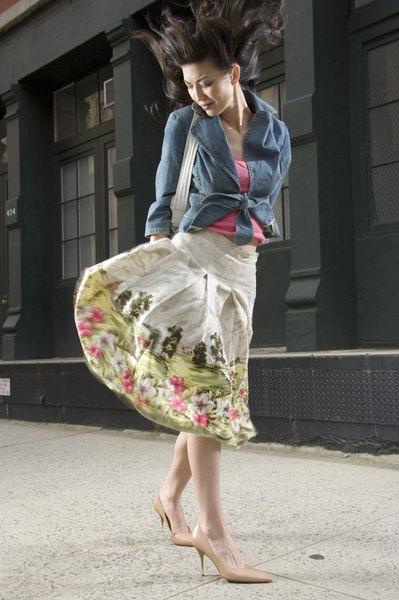 O combo saia estampada, blusa lisa e jaqueta jeans sempre funciona no verão e na meia-estação