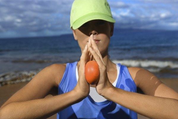 Usar uma bola antiestresse ajuda a fortalecer mãos e braços