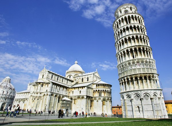 Wide shot of the Leaning Tower of Pisa.