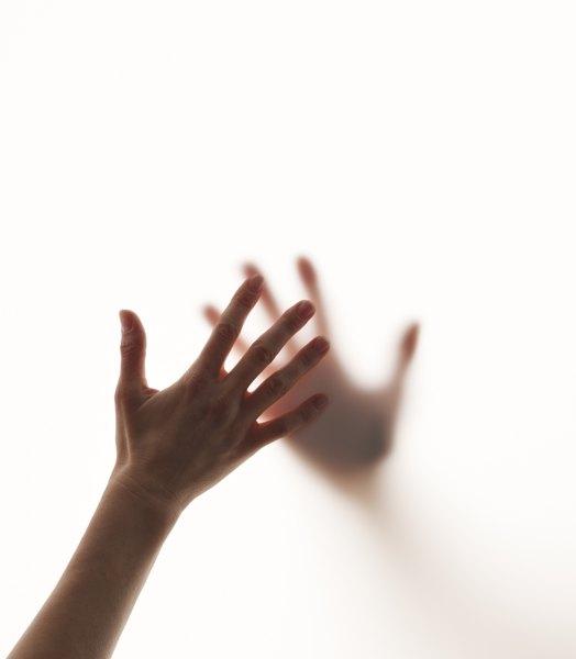 Sonhar com uma pessoa já falecida pode indicar que você ainda não aceitou a perda dela