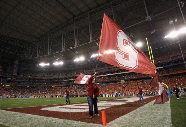 Aluna de Stanford anima a torcida em um jogo de futebol contra a Oklahoma State