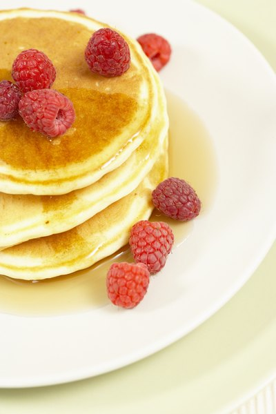 Panquecas doces com mel e frutas ficam ótimas com café com leite