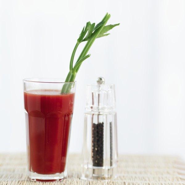 Bedidas isotônicas? Mais uma dose? Vitamina C? Qual é a melhor maneira de tratar a ressaca?