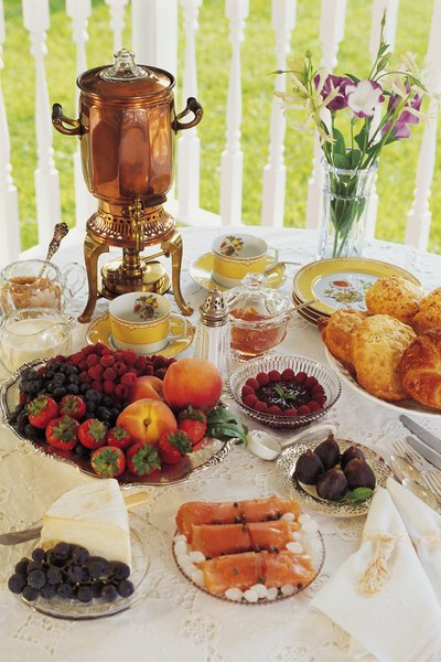 Proper Table Arrangements For Serving A Buffet Home