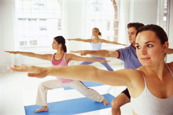 Alunos praticando algumas típicas posturas de ioga