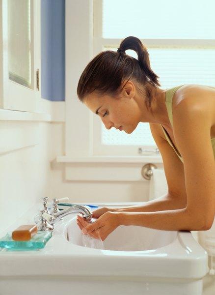 Lavar o rosto com sabonetes adequados garante limpeza total