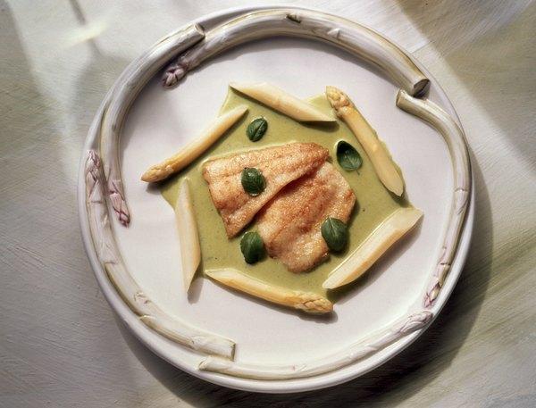 Peixes de carne clara, como o linguado, possuem menos gordura e são ricos em Ômega 3