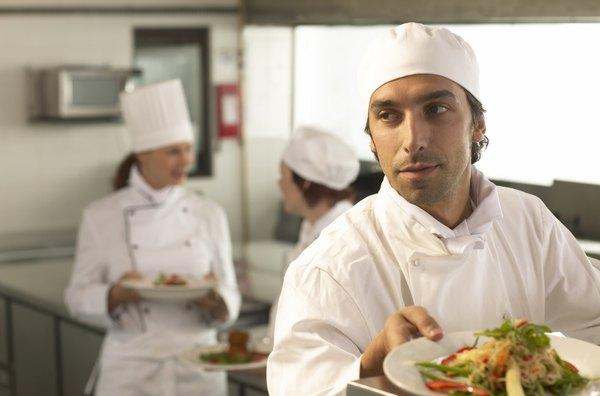 Un joven chef prepara un plato en una cocina