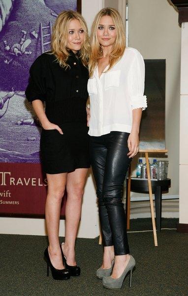 Ashley Olsen usando uma camisa de botão com leggings de couro